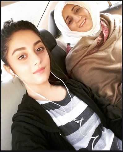 alizeh shah with mother compressed - Alizeh Shah - Boyfriend, Age, Dramas, Pictures, Family - biography-latest
